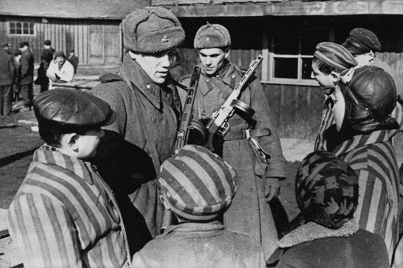 armata-rossa-abbatte-i-cancelli-di-auschwitz