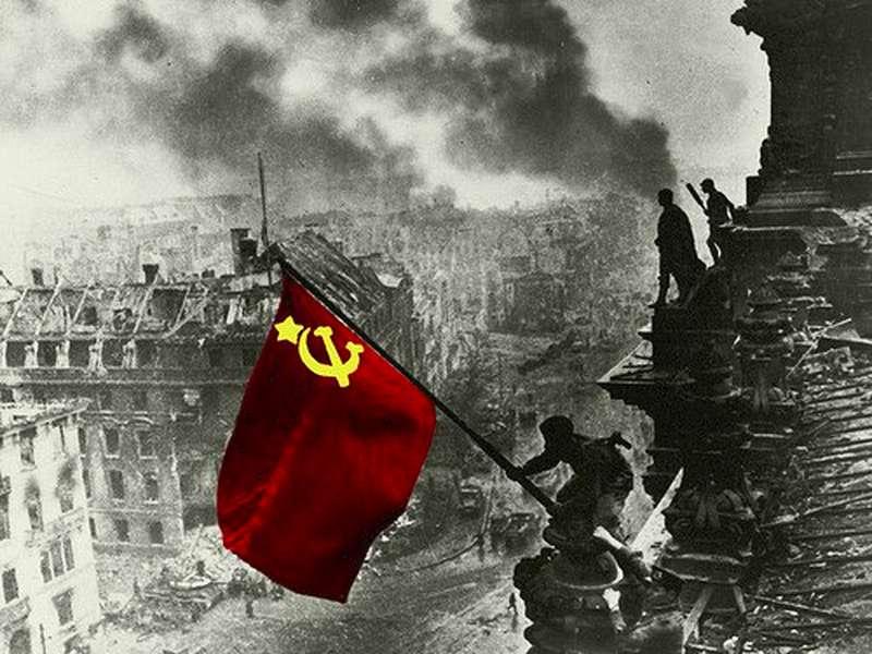 bandiera-rossa-sventola-sul-reichstag
